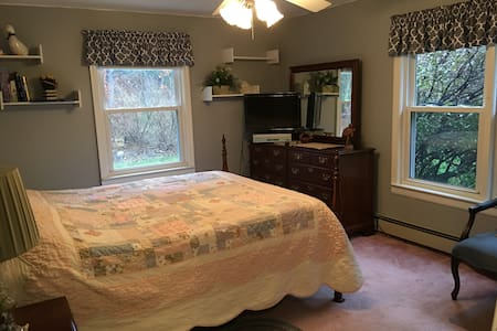 COMFY LARGE BEDROOM, QUIET ST., CLOSE TO WORCESTER - Boylston - บ้าน