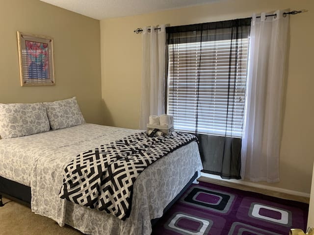 Live in comfort close to airport/downtown Orlando