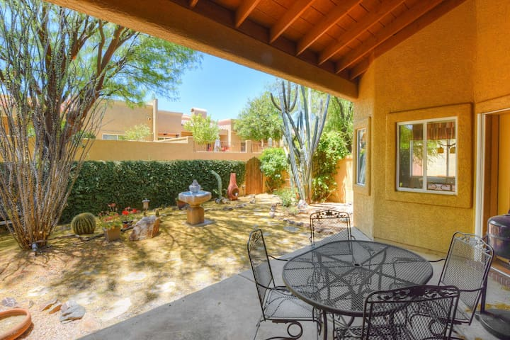 Comfortable getaway w/ a shared hot tub & pool, private BBQ, & full kitchen!