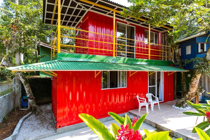 Casa Vermelha: container charmoso na praia