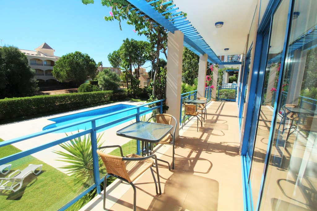 Terrasse ensoleillée surplombant la piscine