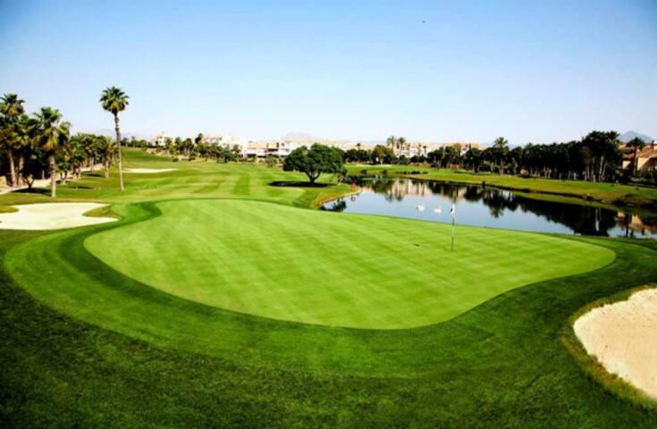 El campo de golf está muy cerca de la casa.