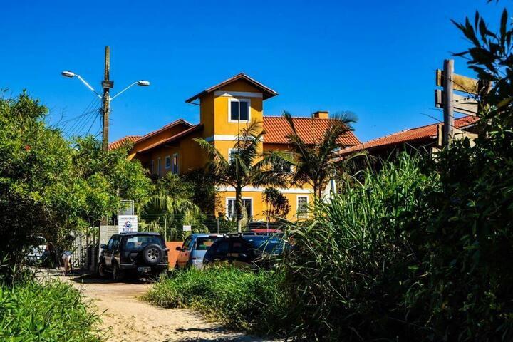 Quarto p/ até 8 em casa a 50m da praia do Campeche