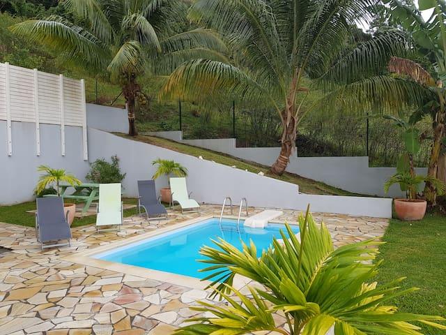 Bas de villa avec piscine entre mer et campagne