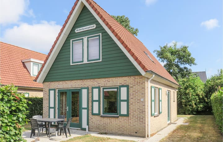 Holiday cottage with 3 bedrooms on 94m² in Zonnemaire