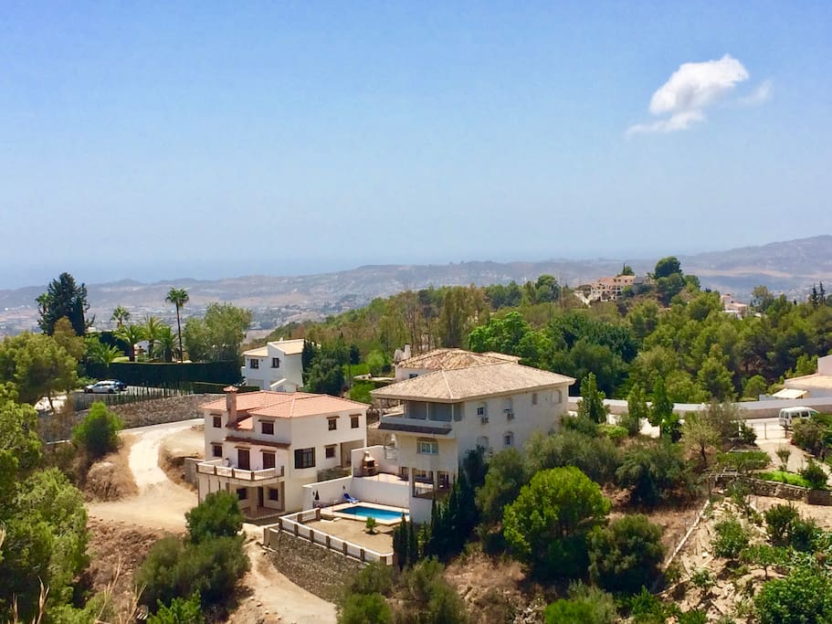 Luxury mansion 350 m2 next to charming Mijas pueblo. Ideal for families and friends. Individual pool and only 5 km from the beach. Chalet de lujo 350 m2. Ideal para varias familias o amigos. Piscina individual y solo 5 km a la playa