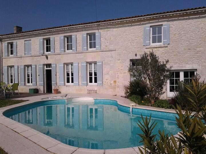 Maison charentaise avec piscine