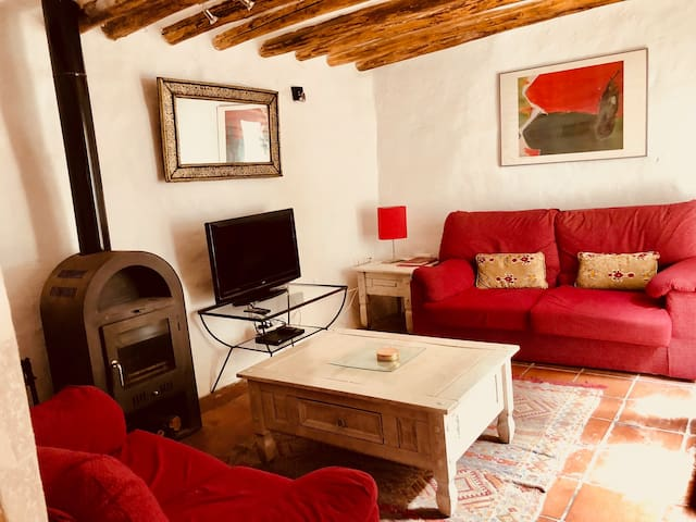 Two bedroom cottage with WIFI, patio, near centre