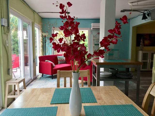 Charming Palm Garden Apartment