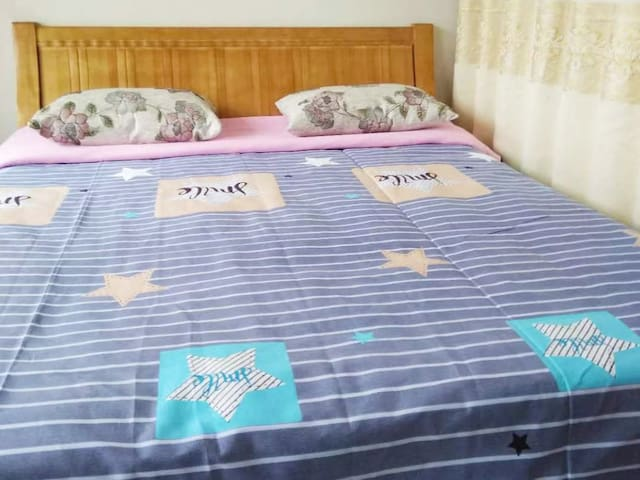 1米8*2米的大房床,三个人睡都没有问题的