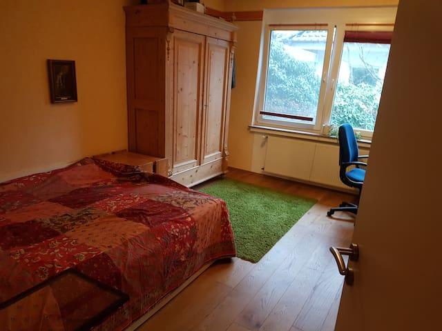 Gemütliches Gästezimmer in großzügiger Wohnung