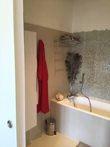 Salle de bains 1, (baignoire avec douchette), attenante à la chambre 1