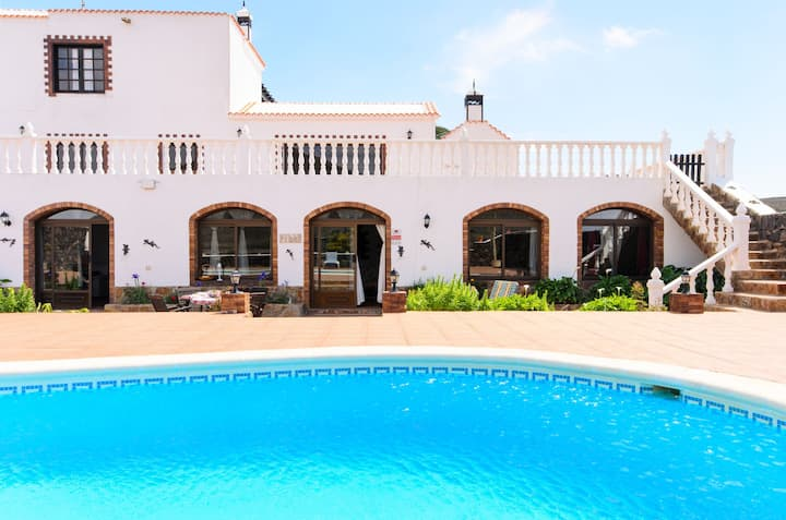 Beautiful Apartment with Large Pool, Stunning View, Terrace, Garden & Wi-Fi