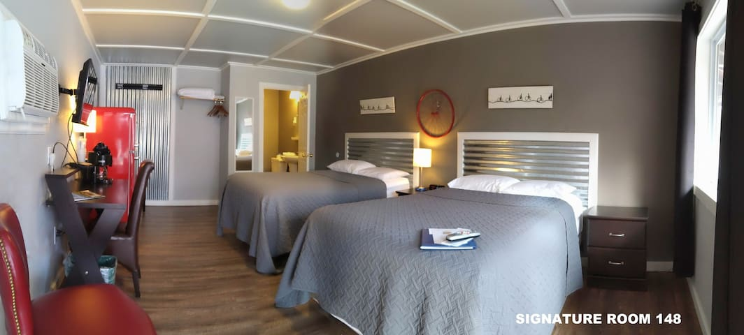 Base of Pike's Peak - 111, 122, 130, 148 - 2 Double Beds in a Signature Renovated Bicycle Themed Room