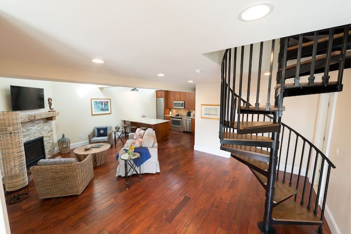 2 Bedrooms w/Loft & En-Suite Baths, Walk to Harbor