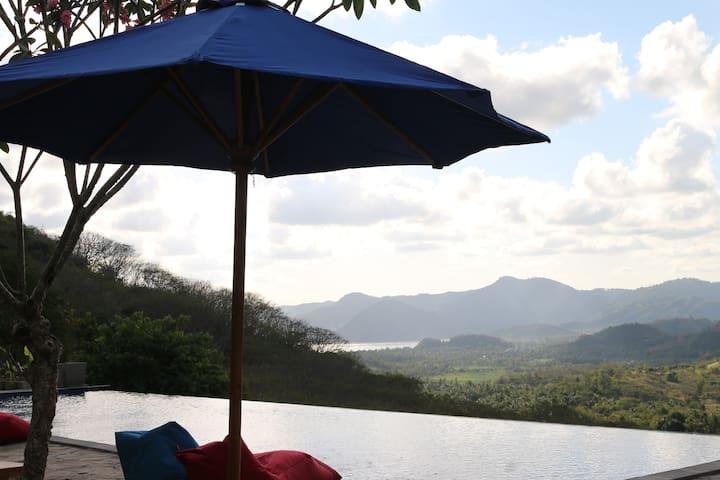 deluxe hill & beach view bungalow - Praya Barat - Bungalou