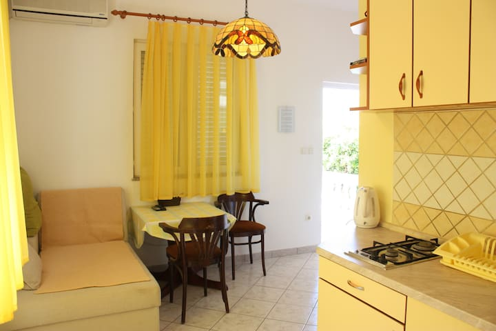 Lovely YELLOW SUNSHINE apartment near town center