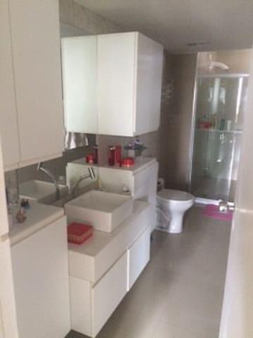 Quarto para casal em apartamento em area nobre - Recife - Lakás