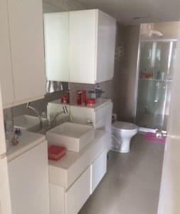 Quarto para casal em apartamento em area nobre - Риф - Квартира