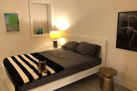 Modern Bedroom in Townhouse. Close to subway.