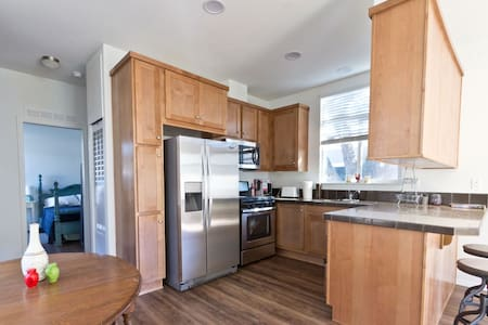 Space 37 Weekly/Monthly Rental Great Deal - Oak View - House