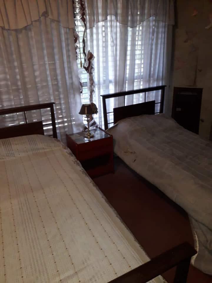 Alquilo habitaciónes privadas en chalet.