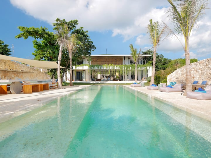 Luxurious beachfront w/ pool, 5BR + chef & butler