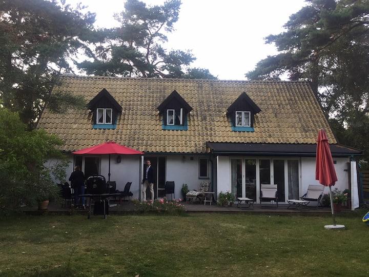 Havsnära boende i gediget stenhus i Höllviken