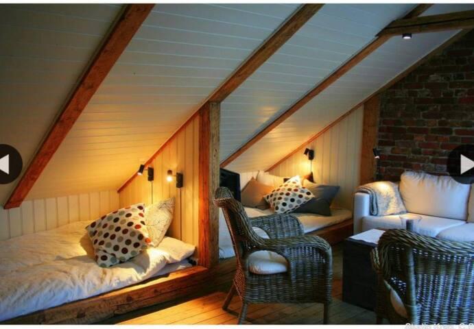 3 Sovealkover,                        2 doble senger + 1 enkel seng, totalt plass til 5 personer.