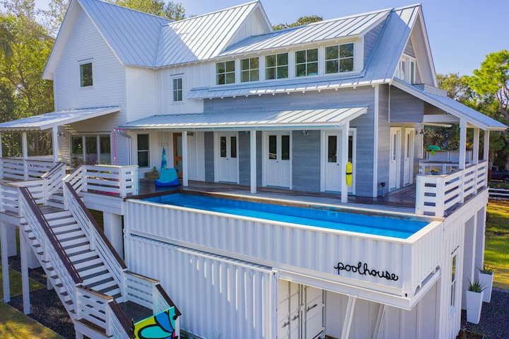 poolhouse -relax poolside-