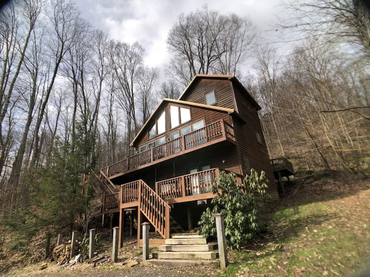 Cinnamon Fern Chalet - Hot Tub, Short Drive to Two Ski Areas & Two State Parks