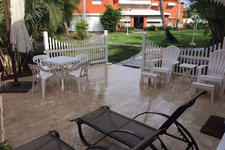 Villa en Juan Dolio con playa y piscina privada. - Guayacanes