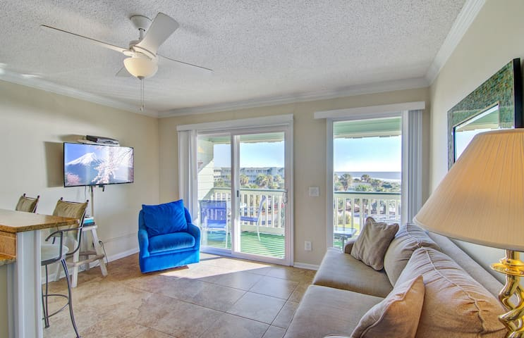 Walkable, third-floor villa in oceanfront complex w/ views & shared pool/pier!