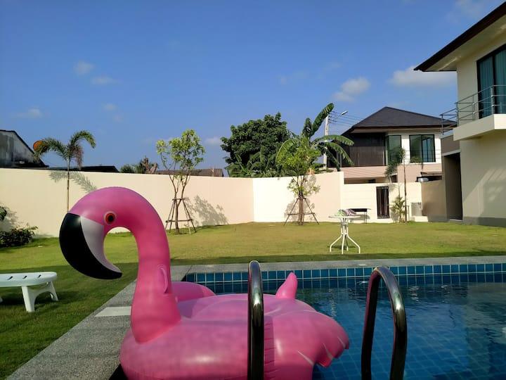 芭提雅超大草坪阳光泳池别墅
