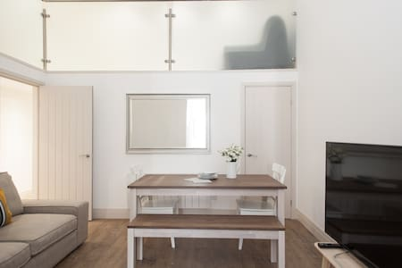 Modern mezzanine apartment sleeps 6 - Лондон