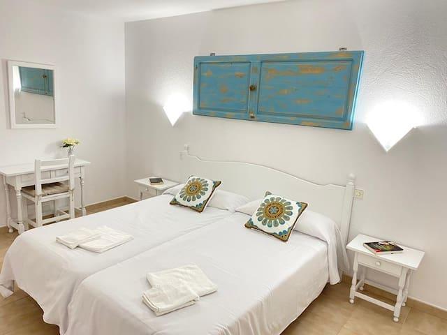 Amplia habitación con dos camas