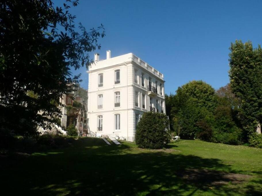 Côté Est, un grand jardin de 1850 m2 dont vous pourrez profiter si le temps s'y prête.