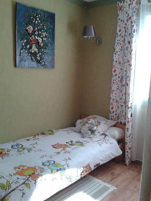 Chambre verte : lit simple opposé aux lits superposés