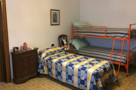 Room for family with 2 kids (train station: 900m) - Pianzano - Dom