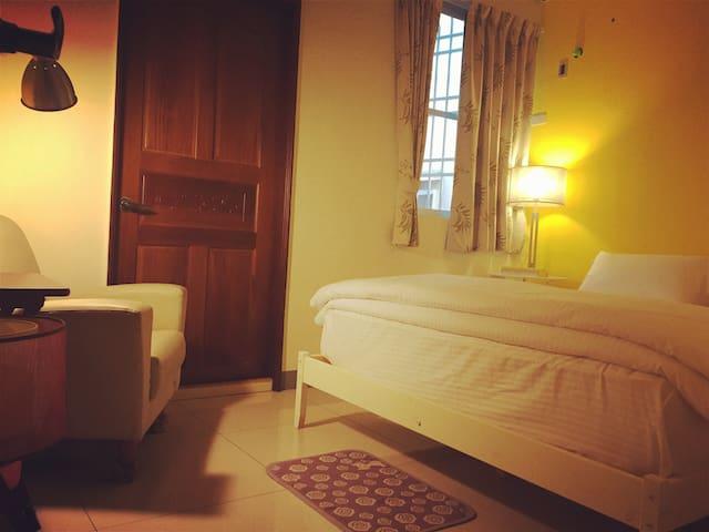 溫馨雙人床~橙~舒適高級床墊 高性價比 小花園別墅 - Nanzi District - Casa