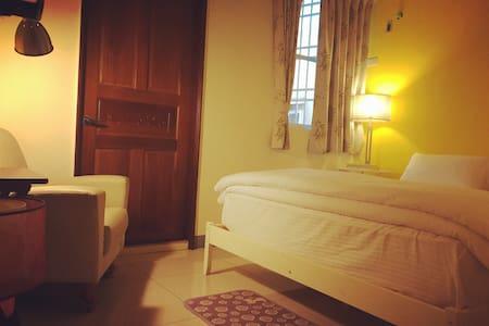 溫馨雙人床~橙~舒適高級床墊 高性價比 小花園別墅~ - Nanzi District