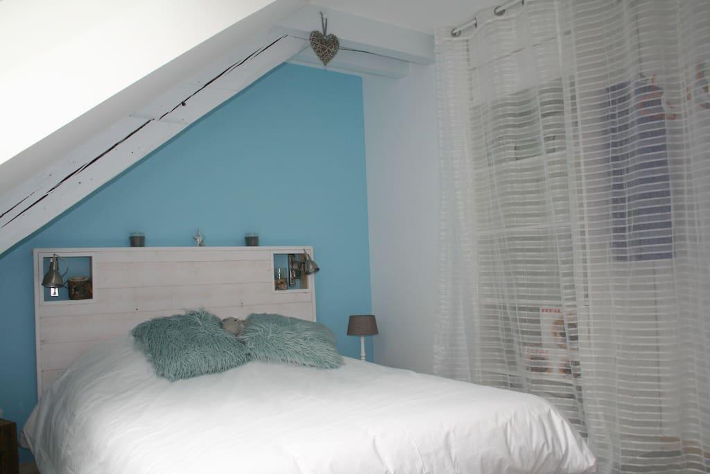 La chambre possède  un grand placard avec larges étagères et penderie.