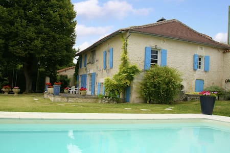 Vintage Holiday Home in Lusignac with Pool