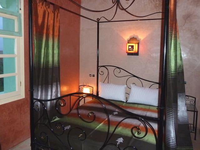 Chambre Marrakech  : lit à baldaquin queen size.