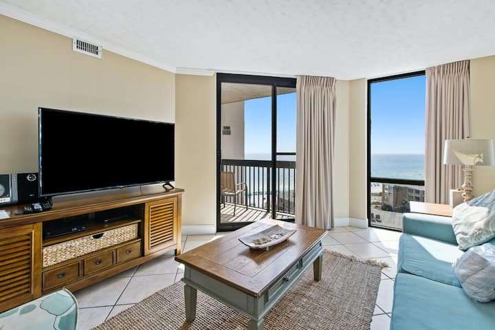 10th Floor Amazing Condo, Splash pad & multiple pools on-site, Near shops!