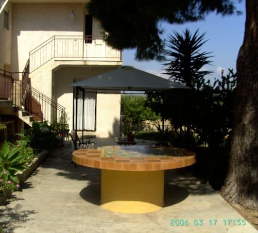 Affittasi appartamento in villa con giardino - Sciacca - อพาร์ทเมนท์