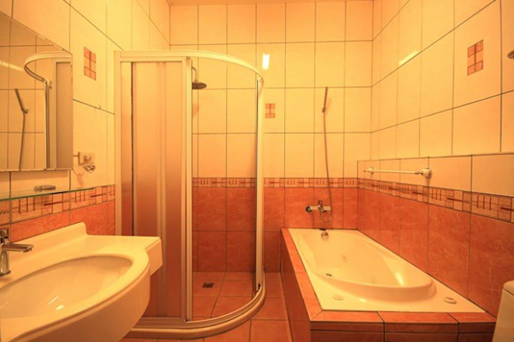 和風四人房浴室