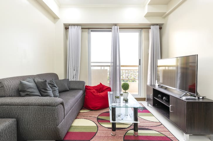 Comfy 1BR with Balcony Near Broadway & Gilmore QC