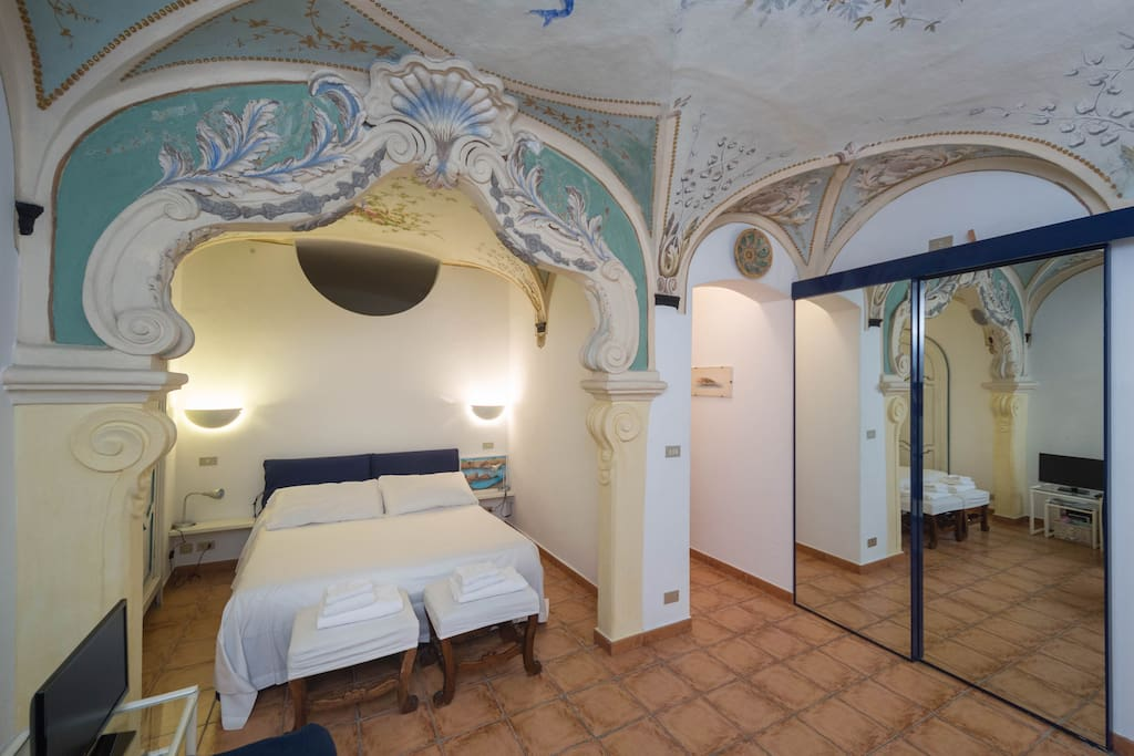 Sleep Facing The Sea Under The Frescoed Ceiling
