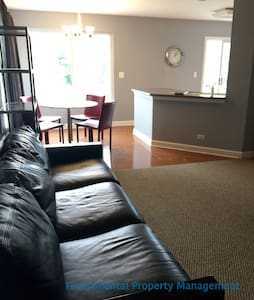 AWESOME FURNISHED TOWNHOUSE - Oswego - Dom
